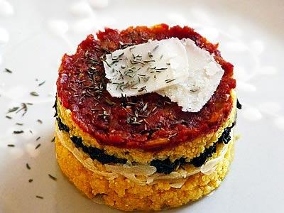 Petit gâteau salé de polenta aux cèpes, tomates séchées et parmesan