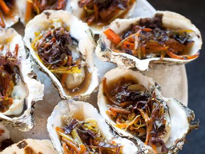 Huîtres chaudes aux petits légumes, sauce soja et algues