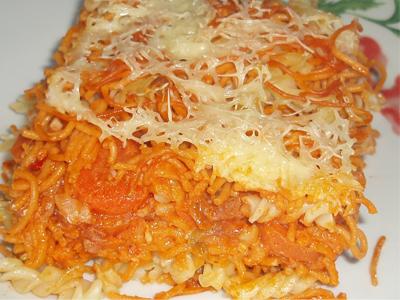 Gratin de pâtes, lardons, sauce tomate
