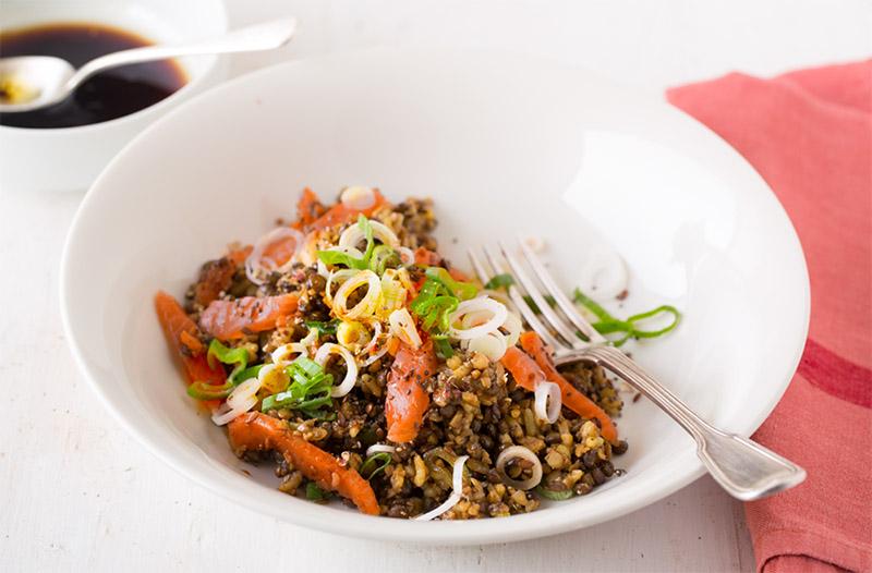 Salade santé express : salade de céréales et lentilles au saumon fumé sans gluten