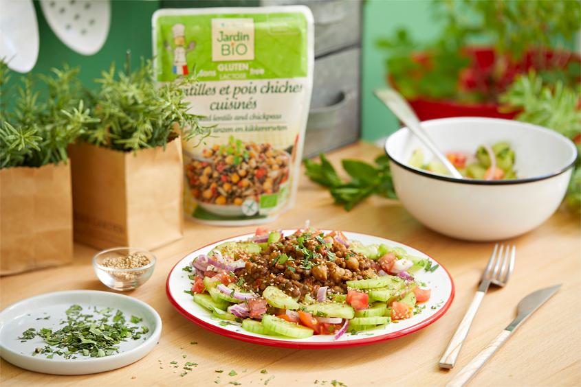 Salade de légumes et légumineuses aux herbes fraiches