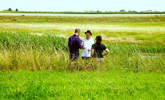 image 3 personnes dans champs