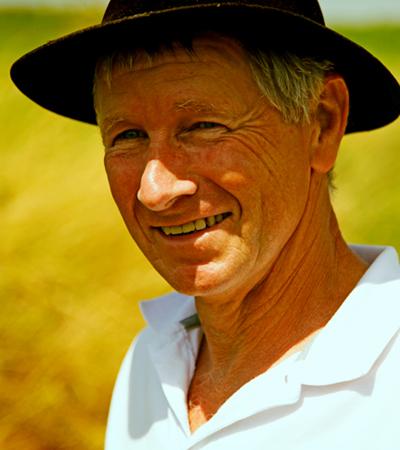 image portrait d'un agriculteur jardin bio