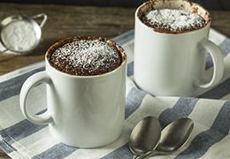 Photo d'un cake chocolat noisette dans un mug