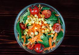 Image de la salade soleil avec tomate maïs